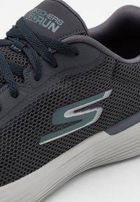 Skechers Performance - GO RUN 400 V2 - Chaussures de running neutres - charcoal - 5