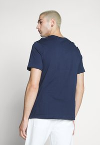 Nike Sportswear - T-shirt con stampa - obsidian/white/university red - 2