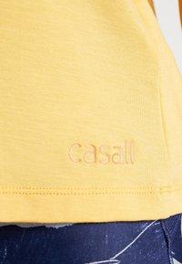 Casall - LUSH MUSCLE TANK - Linne - golden yellow - 5