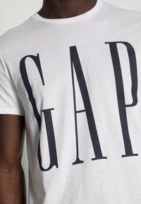 GAP - CORP LOGO - Print T-shirt - white - 4