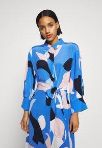 Nümph - NUCORA DRESS - Skjortekjole - ultramarine - 4
