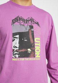 Grimey - LIVEUTION MAGIC 4 RESISTANCE LONG SLEEVE TEE UNISEX - Långärmad tröja - purple - 3