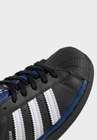 adidas Originals - SUPERSTAR SHOES - Sneakers laag - black - 5
