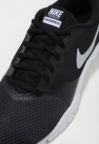 Nike Performance - WMNS NIKE FLEX ESSENTIAL TR - Obuwie treningowe - black/anthracite/white - 5