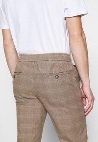 Redefined Rebel - KING PANTS - Chino kalhoty - brown - 3