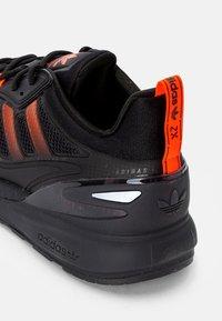 adidas Originals - ZX 2K BOOST 2.0 - Sneakers basse - core black/solar red/carbon - 5