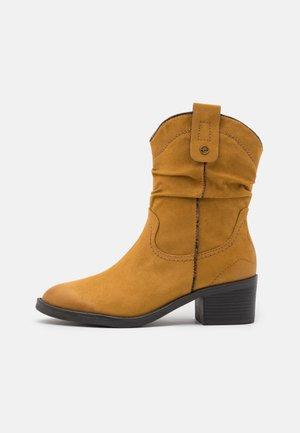 BOOTS - Cowboy/biker ankle boot - mustard