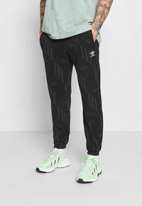 adidas Originals - MONO - Spodnie treningowe - black/boonix - 0