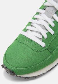 Nike Sportswear - CHALLENGER OG UNISEX - Trainers - green/black/sail/white - 4