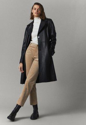 AUS BAUMWOLL-MICROCORD  - Trousers - beige