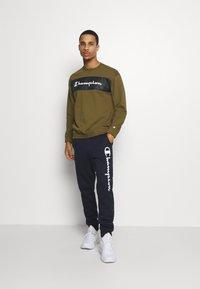 Champion - LEGACY HERITAGE TECH CREWNECK - Sweatshirt - olive - 1