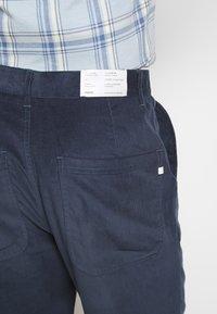 Farah - HAWTIN - Spodnie materiałowe - yale - 5