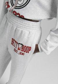Bershka - AUS PLÜSCH BETTY BOOP - Pantaloni sportivi - grey - 2