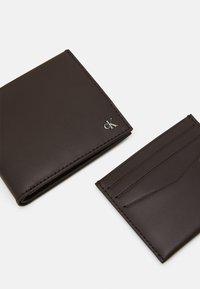 Calvin Klein Jeans - BIFOLD COIN CARDCASE SET - Pouzdro na vizitky - brown - 6