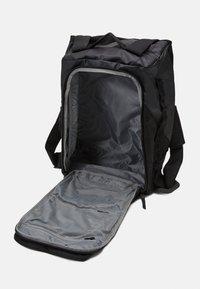 Peak Performance - VERTICAL DUFFLE 50 L UNISEX - Sportstasker - black - 3