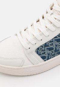 Pinko - LIQUIRIZIA TOP MONOGRAM - Sneakersy wysokie - offwhite/blu - 6