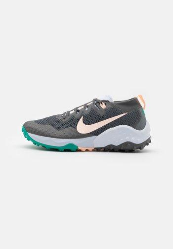 WILDHORSE 7 - Zapatillas de trail running - iron grey/football grey/neptune green/crimson tint