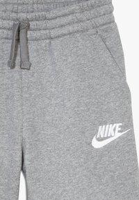 Nike Sportswear - CLUB SHORT - Shorts - carbon heather/smoke grey/white - 3