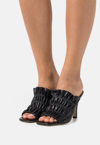 Pinko - CAMELLIA SABOT  - Pantofle na podpatku - black - 0