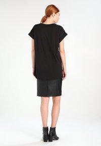 Moss Copenhagen - ALVA TEE - Print T-shirt - black/white - 2