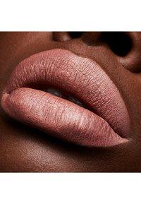 MAC - RETRO MATTE LIQUID LIPCOLOUR METALLICS - Liquid lipstick - quartzette - 2