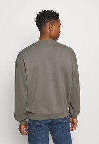 Calvin Klein Jeans - CREWNECK UNISEX - Felpa - elephant skin - 2