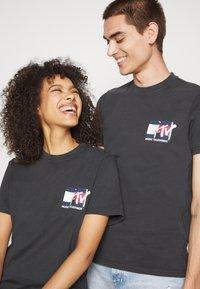 Tommy Jeans - ABO TJU X MTV TEE UNISEX - T-Shirt print - blackout - 4