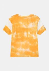 Abercrombie & Fitch - SPORTY TIE FRONT - Triko spotiskem - yellow - 1