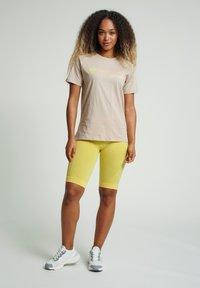 Hummel - HMLZENIA  - Print T-shirt - humus - 1