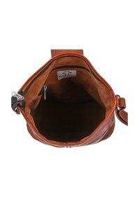 Gusti Leder - Across body bag - braun - 5