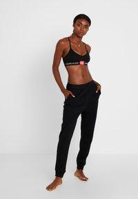 Calvin Klein Underwear - TONAL LOGO LOUNGE JOGGER - Nattøj bukser - black - 1