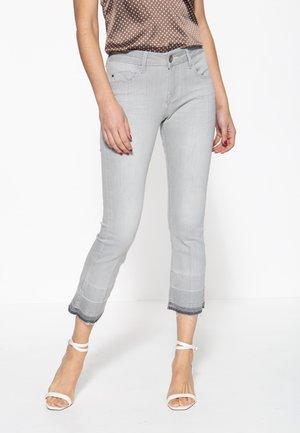 MIT OFFENEN SAUMKANTEN UND WASCHUNG BR - Slim fit jeans - grau