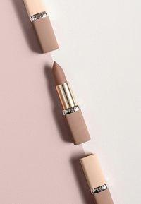 L'Oréal Paris - COLOR RICHE ULTRA MATTE FREE THE NUDES - Rouge à lèvres - 03 no doubts - 3