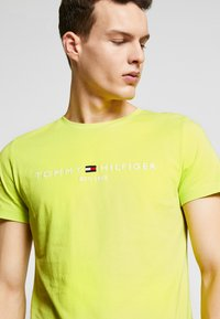 Tommy Hilfiger - LOGO TEE - Printtipaita - green - 4