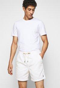 Polo Ralph Lauren - CLASSIC FIT PREPSTER SHORT - Shorts - warm white - 4