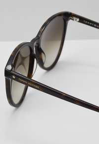 Tommy Hilfiger - Sunglasses - brown - 2