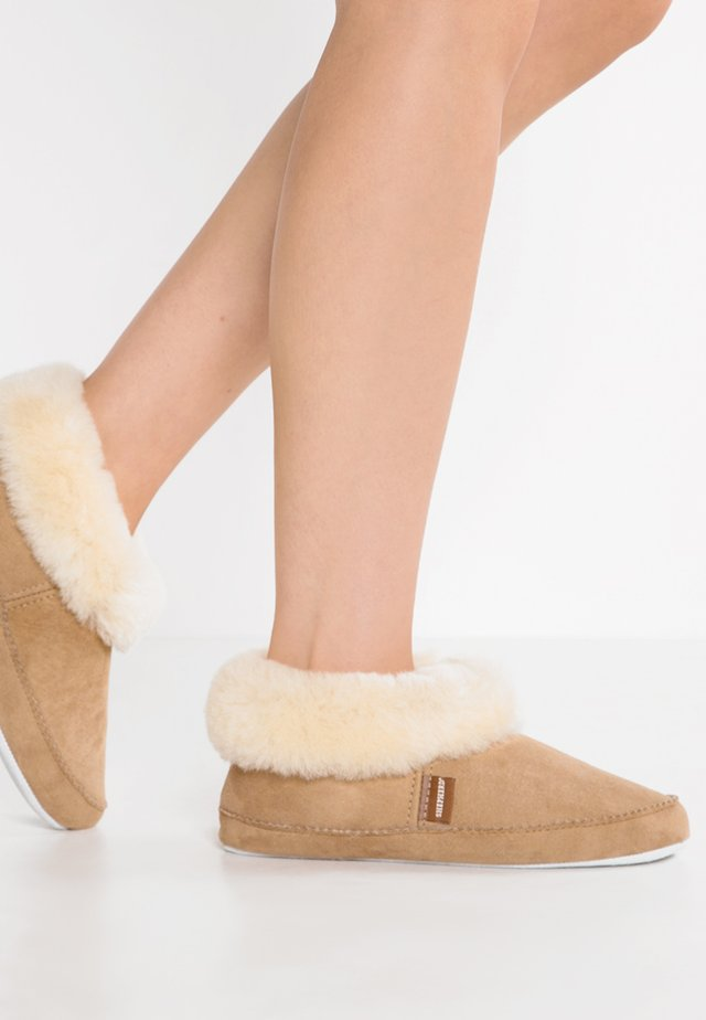 EMMY - Slippers - chestnut