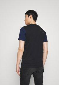 Napapijri - SARAS - T-shirt med print - black - 2