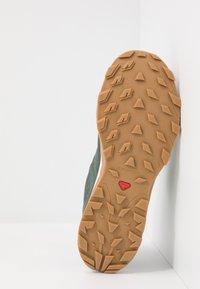Salomon - OUTBOUND GTX - Hiking shoes - urban chic/white - 4