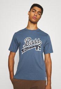 BOSS - BOSS X RUSSELL ATHLETIC - T-Shirt print - bright blue - 0