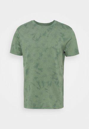 CREW TIE DYE - Print T-shirt - district green