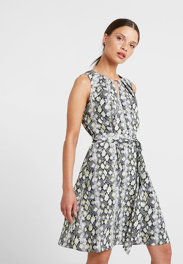 SNAKE PRINT PLEAT NECK FIT AND FLARE DRESS - Vestido informal - lime