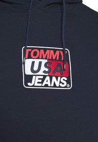 Tommy Jeans - ESSENTIAL GRAPHIC HOODIE - Hoodie - twilight navy - 7