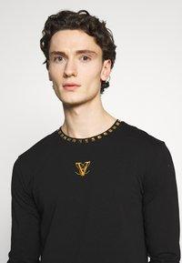 Volé la lumière - GOLD PYRAMID STUD LONG SLEEVE TSHIRT  - T-shirt print - white - 3