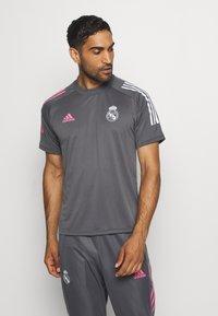 adidas Performance - REAL MADRID AEROREADY SPORTS FOOTBALL - Klubové oblečení - grey five - 0