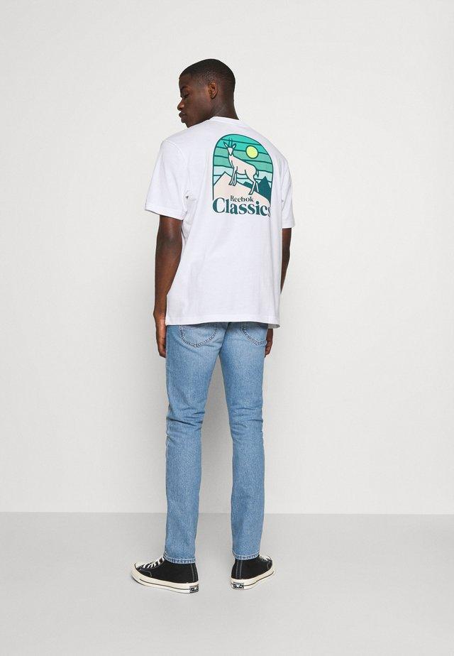 CAMPING GRAPHIC TEE - T-shirt print - white