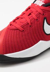 Nike Performance - TEAM HUSTLE QUICK 2 - Basketball shoes - university red/white/back - 2