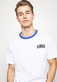 Guess - Camiseta estampada - true white - 3