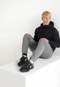 Nike Performance - Jersey con capucha - black/dark grey - 1