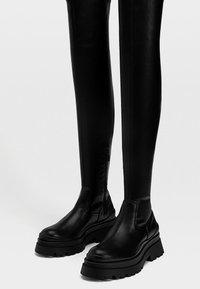 Stradivarius - FLACHE MIT PROFIL - Stivali sopra il ginocchio - black - 2